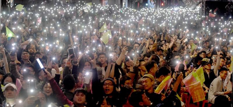 817萬多位選民在此次大選支持總統蔡英文繼續連任,黃創夏認為政府仍應有所警惕。圖為小英勝選之夜群眾。(資料照)