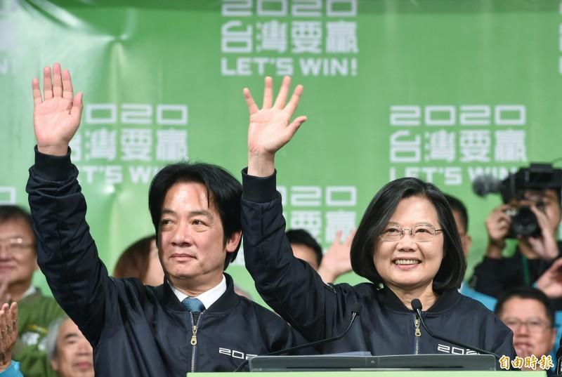 總統蔡英文發表勝選感言,並揮手向滿場支持者表示感謝。(記者劉信德攝)