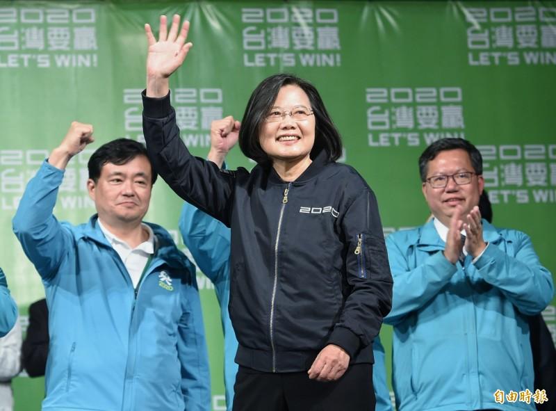 蔡英文(中)獲得2020年大選勝利,以817萬高票擊潰對手韓國瑜。(資料照)