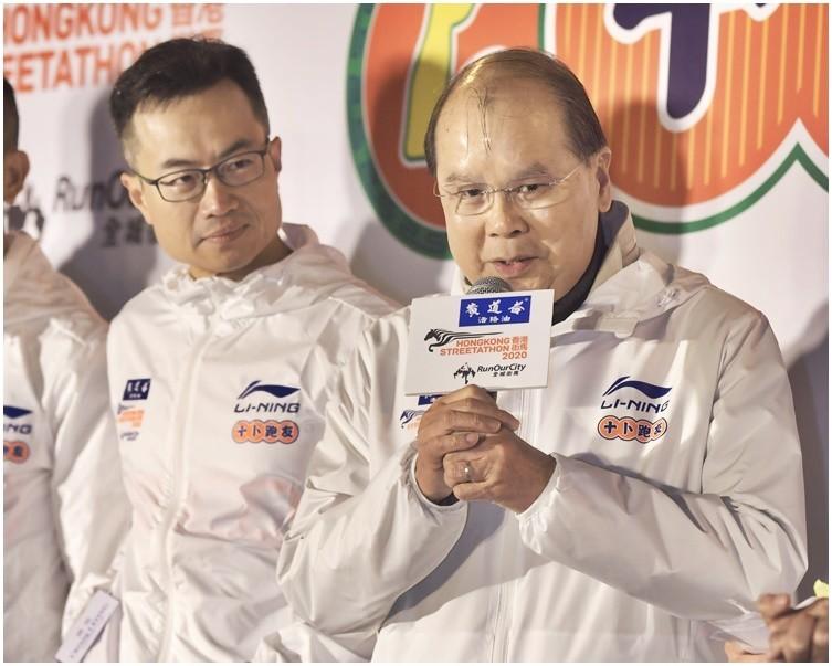 香港政務司司長張建宗主持開跑典禮遭跑者噓聲伺候,還有跑者朝主舞台射水槍。(圖擷自《星島日報》)
