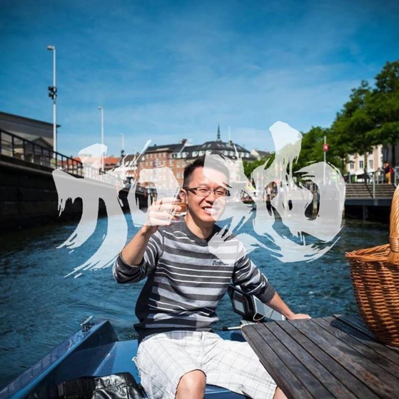 醫師黃任匡(見圖)臉書的特效框中的「加油」字樣,向右轉90度則為「香港」。(圖擷取自臉書_黃任匡)