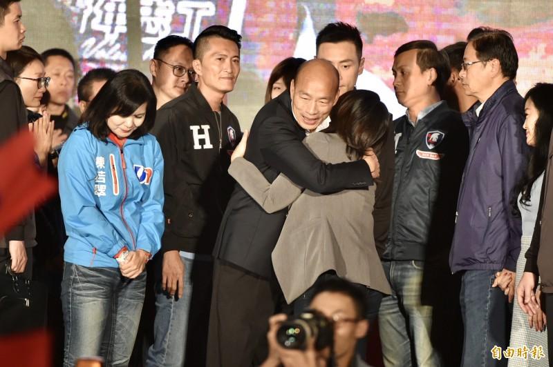 韓國瑜(中)輸掉2020年選戰,回到高雄後將繼續面臨被罷免的命運。(記者塗建榮攝)