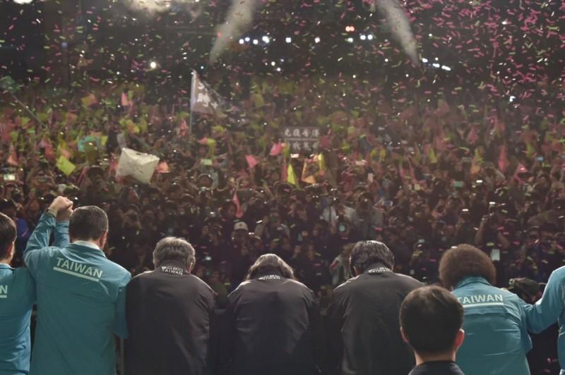 香港「杏林覺醒」成員、心臟專科醫生黃任匡今在臉書發文祝賀台灣成功捍衛了自己的家園、拒絕中國勢力,文末,更衷心對台灣表達感謝。圖為台灣總統蔡英文勝選向台下群眾鞠躬致謝,群眾中,還有人高舉「光復香港、時代革命」的旗幟及標語。(圖擷取自推特_@iingwen)