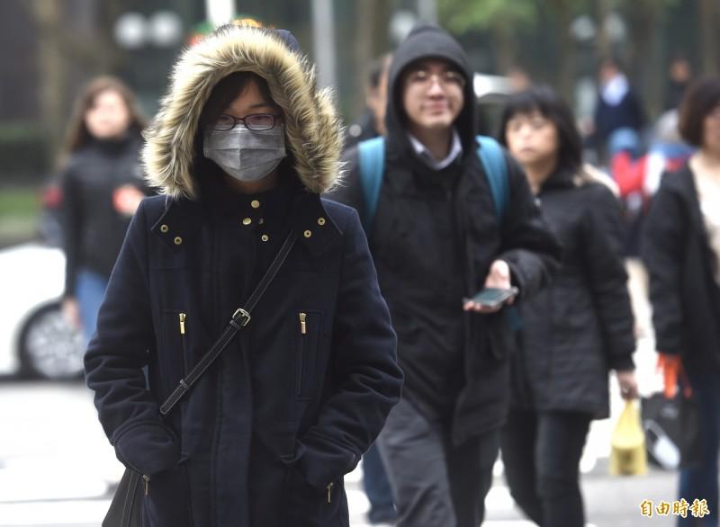 中央氣象局今中午發布今年首波低溫特報,鎖定新竹、苗栗等地,今晚到明(13日)晨發出黃燈寒冷警報,提醒將有攝氏10度以下低溫發生機率。(資料照)