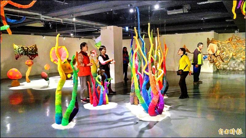 新營文化中心推出「2020麗島瀛春」新春特展,邀請來自國內外藝術家在全館展出。(記者王涵平攝)
