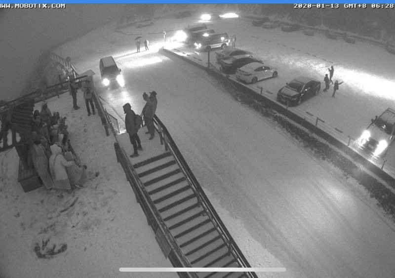 合歡山今天凌晨霰夾雪,武嶺停車場一片雪白。(記者佟振國翻攝)