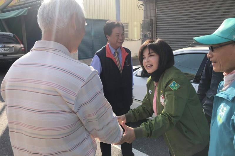賴惠員(右二)和鄉親握手表達感謝。(記者楊金城翻攝)