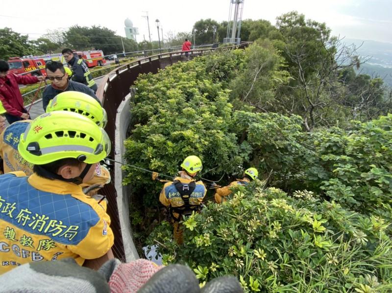 消防人員立即架設兩組繩索進行救助。(消防局提供)