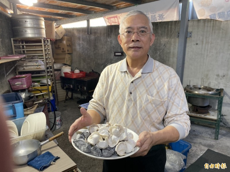 基隆市八斗子藻遍海餃店,老闆王斌輝將新鮮的海產包入水餃中,讓顧客吃得到本港海味與人情味。(記者俞肇福攝)