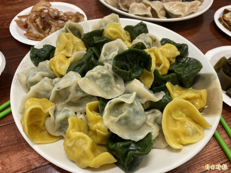 綠色水餃為海菜水餃,黃色水餃為飛魚卵水餃。(記者俞肇福攝)