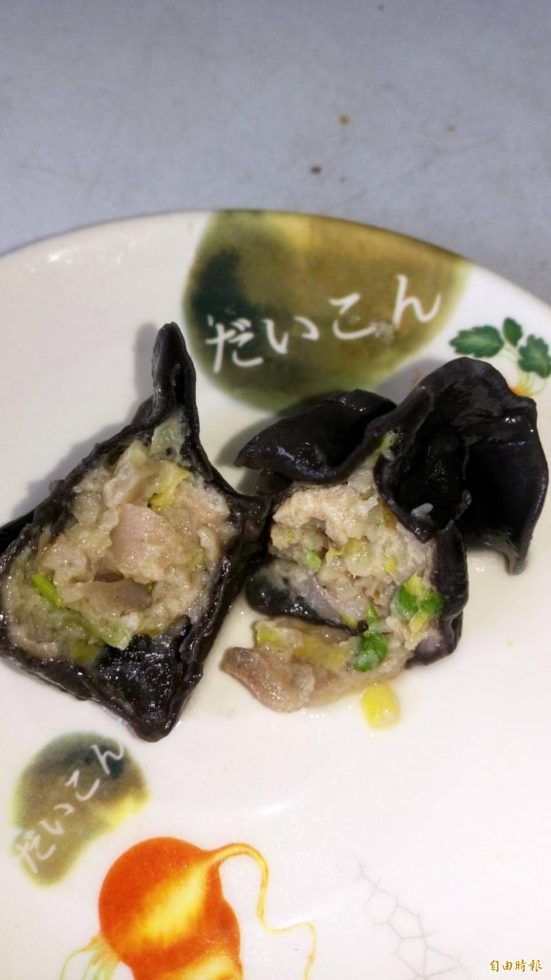 圖中的小卷水餃入口Q彈有嚼勁,還吃到小卷的鮮甜味。(記者俞肇福攝)