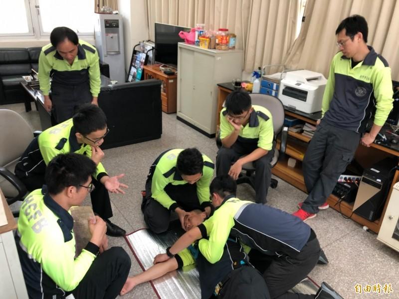新竹市消防局強化救護技術員救護處置能力,第一線救護人員均為中級證照以上。(記者蔡彰盛攝)