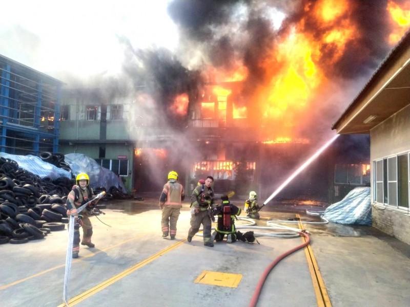 仁德輪胎工廠火警,消防隊全力灌救中。(記者吳俊鋒翻攝)