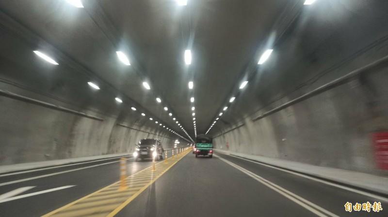 蘇花改6日全線通車,因長隧道速限60公里、仁水隧道50公里,遭用路人質疑「不合理」,表示開到會讓人想「盹龜(打盹)」。(記者王峻祺攝)