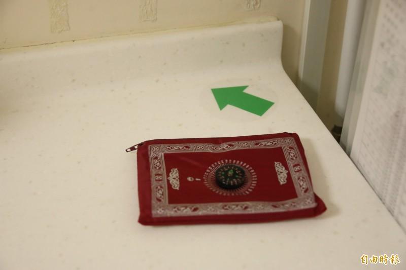 設置穆斯林祈禱室,內有麥加禮拜方位指引及禮拜毯。(記者鄭名翔攝)