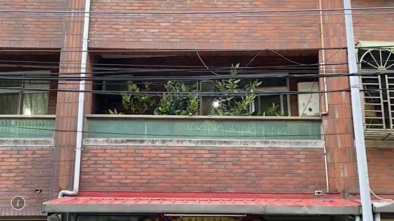 徐男從車頂爬窗進屋開門遭割頸亡,警清查弟涉重嫌。(記者李容萍翻攝)