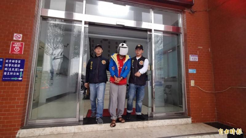 涉嫌弒殺胞兄的徐姓男子,訊後由楊梅警方依殺人罪嫌移送法辦,對於為何殺人,他全程低頭不發一語。(記者李容萍攝)