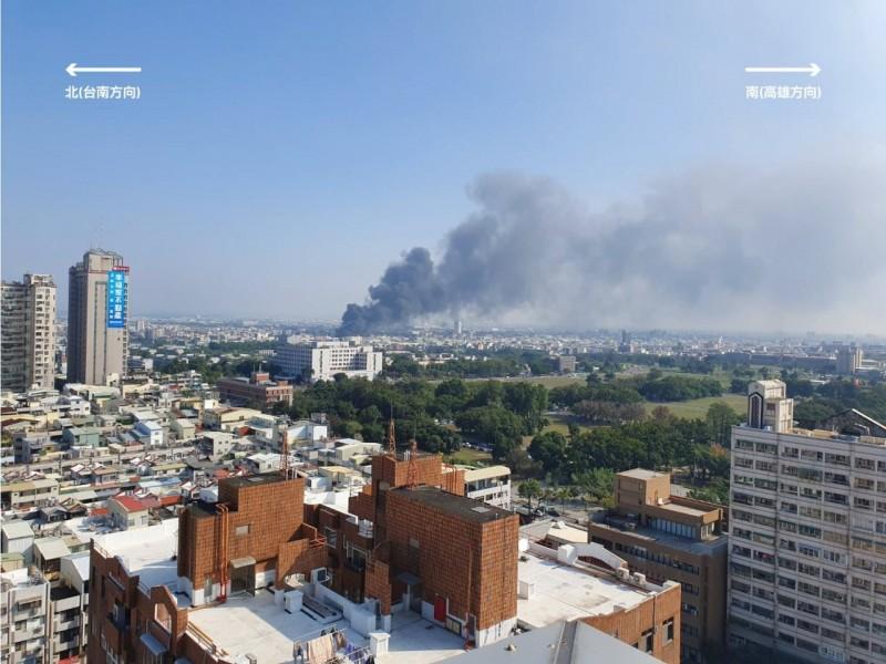 台南市工廠大火影響南台南、北高雄空品,高市府提醒民眾暫時減少戶外運動。(記者陳文嬋翻攝)