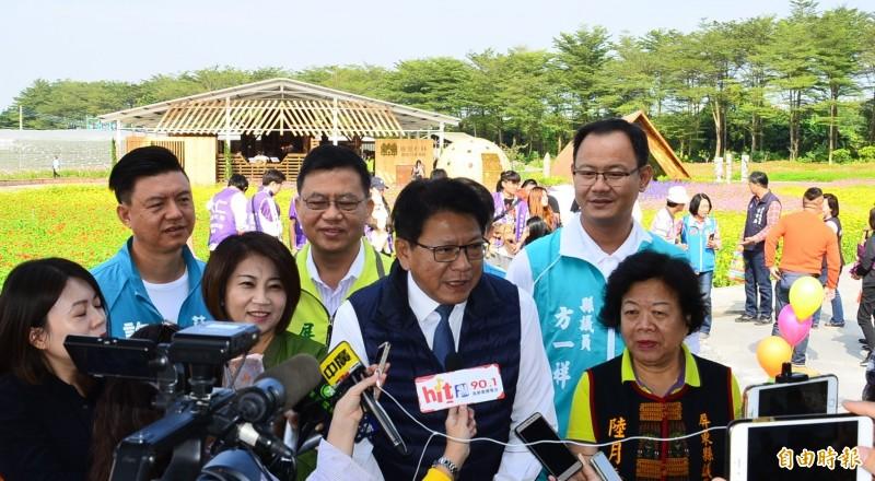 總統蔡英文在故鄉屏東縣大贏韓國瑜近14萬票,選後第一個上班日,縣長潘孟安(中)愉快的心情寫在臉上。(記者李立法攝)