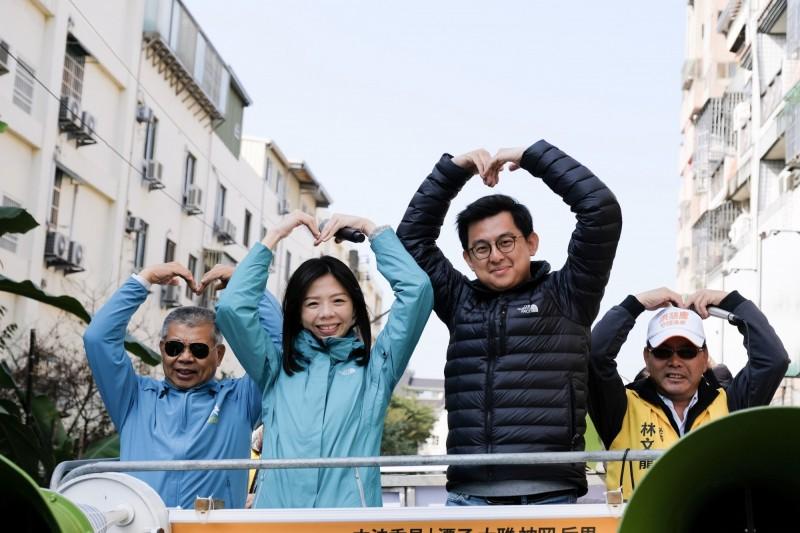 立委洪慈庸在先生卓冠廷及市議員蕭隆澤等陪同下車隊掃街謝票。(洪慈庸服務處提供)