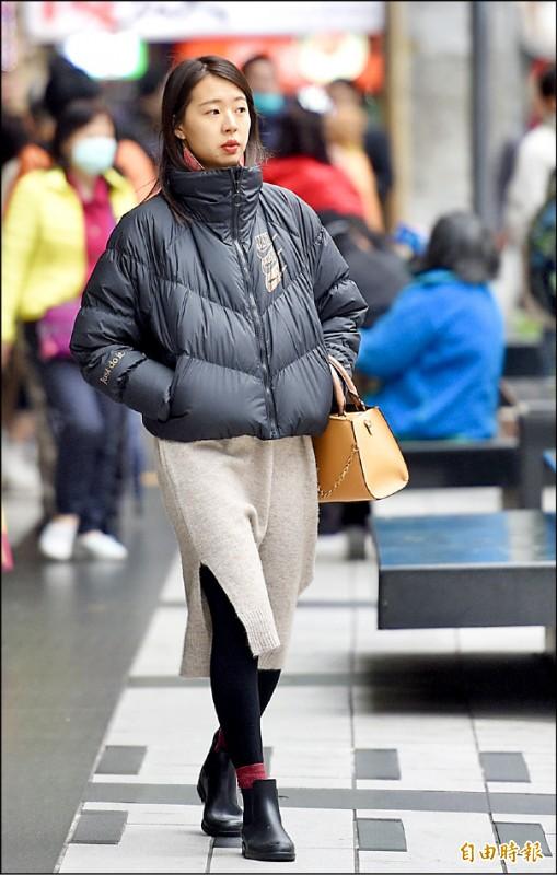 氣象局昨發布今年首波低溫特報,今晨北部局部地區恐有十度以下氣溫(黃色燈號)機率,民眾外出應多添衣物,注意保暖。(記者羅沛德攝)