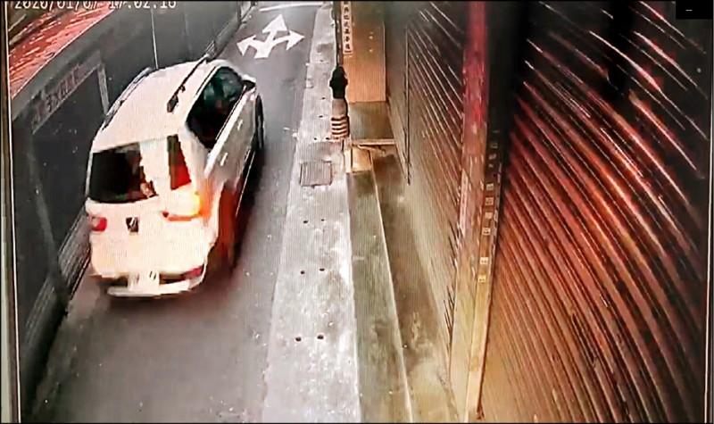 45歲男子林國平涉嫌殺害26歲鄧姓女華僑後分屍,並開著租來的轎車載運屍塊前往基隆山區棄屍。(記者王冠仁翻攝)