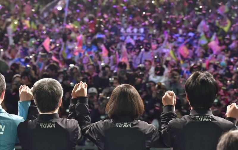 「華人民主書院」12日舉辨的「2020中國海外民主人士看灣大選」座談會上,不少海外中國民權人士,對於2020大選的結果,感動盛讚,台灣守住了自由民主的堡壘。(圖擷取自推特_@iingwen)