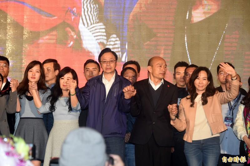 韓國瑜(前排右二)11日晚間確定總統大選落敗後上台向支持者致意,事後國民黨內不少人追究責任。林濁水認為,這次大選可看出藍營地方派系從南到北倒光光。(資料照)