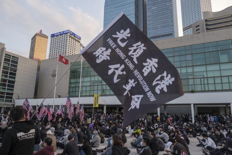 一名中國境內學生匿名投稿於「樹洞撐香港計畫」,在文中許諾,當香港泛民主運動的烈火,燎原至神洲大陸之際,自己一定會站出來,走在抗爭的最前線。圖為港人12日於愛丁堡廣場的示威集會。(彭博)
