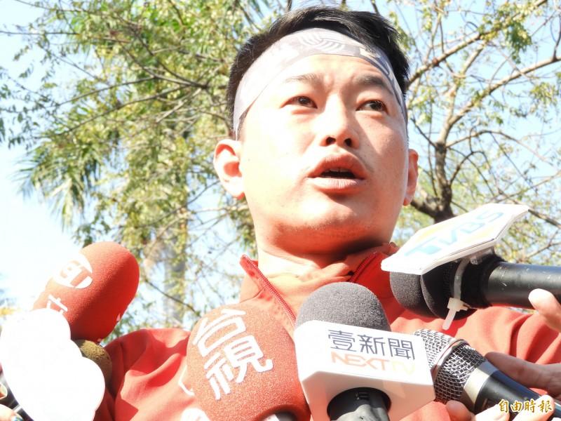 陳柏惟昨天、今天進行單車謝票行程,對於潘恒旭的「1千份雞排祭品文」,要大家不要為難他了。(記者葛祐豪攝)