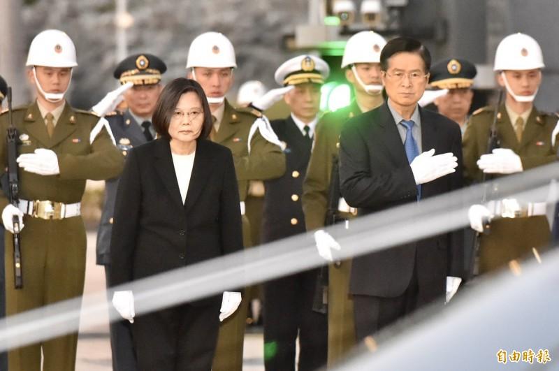 總統蔡英文今13日於國防部大門向「黑鷹殉職將士移柩」車隊致敬。(記者塗建榮攝)