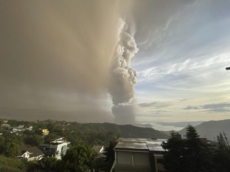 菲律賓塔爾火山(Taal)12日下午噴發出大量蒸氣、火山灰,火山灰雲高達1萬5000公尺,瀕臨爆發狀態。(美聯社)