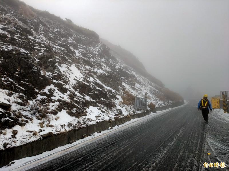 冷氣團發威,合歡山今晨降今年首場瑞雪。(記者佟振國攝)