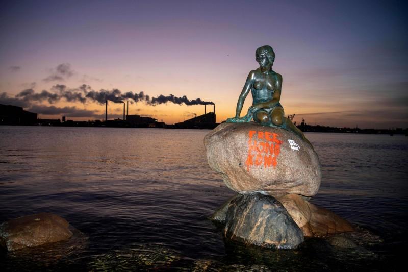 丹麥哥本哈根小美人魚像再度遭塗鴉,這次其底座被漆上「光復香港」(Free Hong Kong)字樣。(法新社)