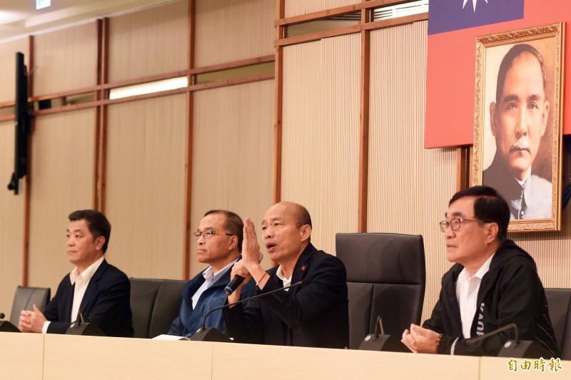 高雄市長韓國瑜(右二)今天銷假回市府上班,上午在市府開記者會。(記者張忠義攝)