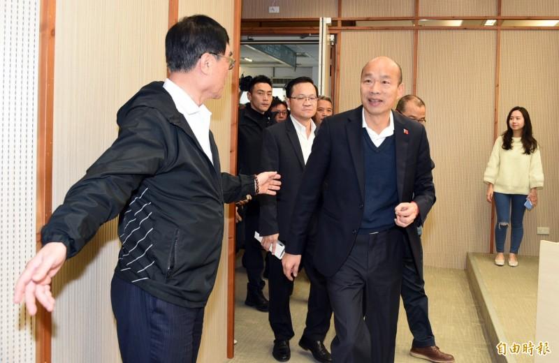高雄市長韓國瑜今天銷假回市府上班,上午10點市府開記者會,大批支持者到場,高喊「市長加油」、「我們永遠支持你」,韓國瑜向市民抱歉,並沒參選黨主席的規畫。(記者張忠義攝)