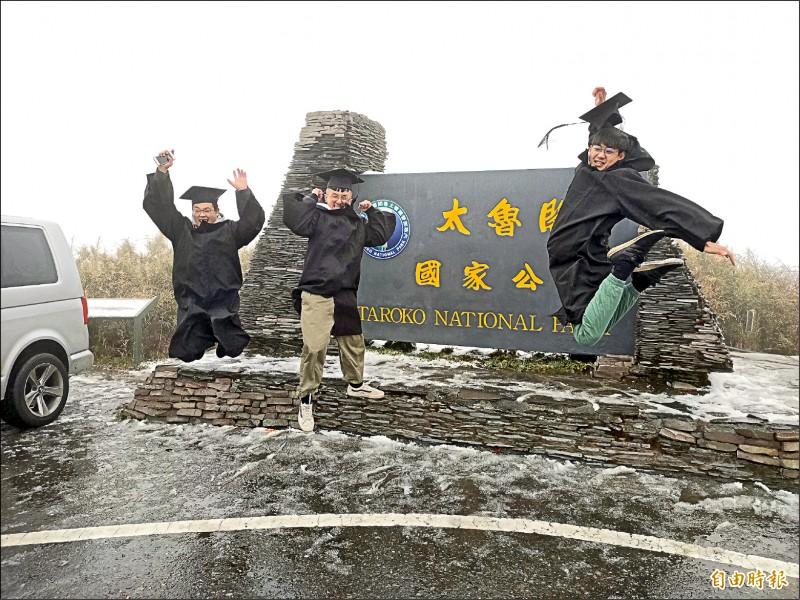 合歡山昨天凌晨降下初雪,趁寒假上山拍畢業照的大學生幸運碰上,開心慶祝。 (記者佟振國攝)