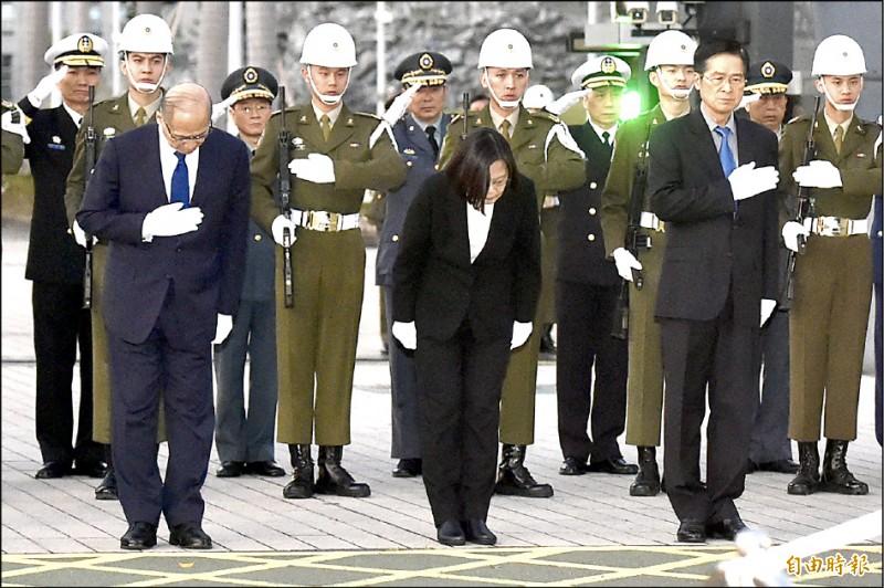 蔡英文總統昨率國安會秘書長李大維、國防部長嚴德發等人,在國防部大門口向殉職將士靈車鞠躬致敬。(記者塗建榮攝)