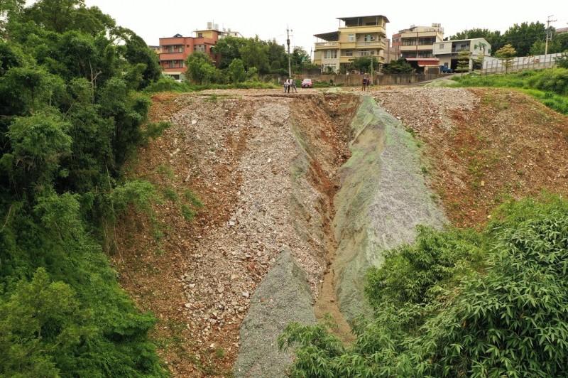 被偷倒的現場如果出現如圖的沖蝕溝,是判斷有無致生水土流失的重要依據之一。(記者黃美珠翻攝)