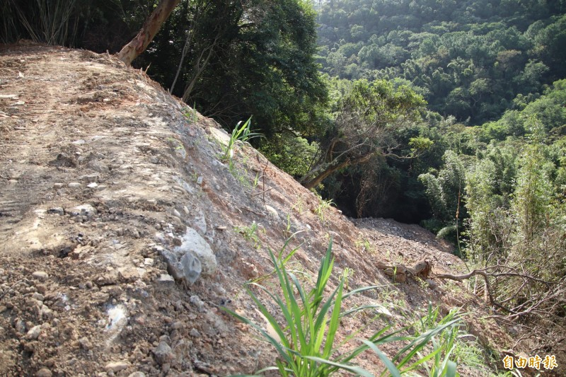 原本無用的山凹被廢棄物慢慢地、偷偷地倒入,有朝一日填平後就是商機無限的「平地」。(記者黃美珠攝)