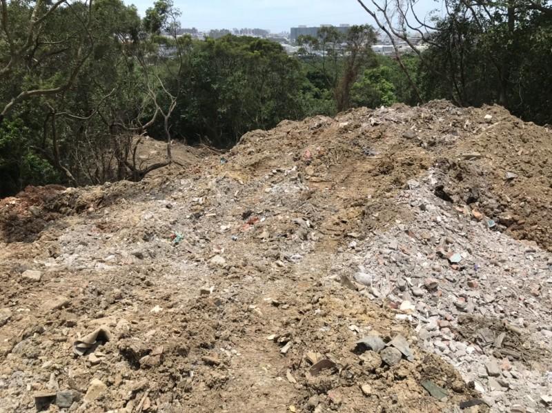 原本無用的山凹被廢棄物慢慢地的、偷偷地倒入,有朝一日填平後就是商機無限的「平地」。(記者黃美珠翻攝)