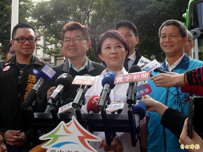 針對台南市議員謝龍介賭輸要跳柳川,台中市長盧秀燕(右2)提出兩個但書。(記者張菁雅攝)