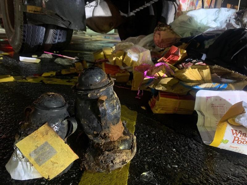 清潔隊員追查火源,找到2個疑似祭拜用的點香器,裡頭小瓦斯罐未清除,研判壓縮垃圾時意外點燃。(記者陳賢義翻攝)