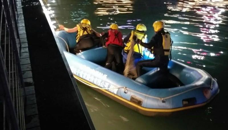 消防隊員下艇救人。(記者吳昇儒翻攝)