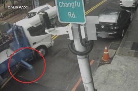貨車右側支撐鐵桿明顯沒收起來。(記者許國楨翻攝)