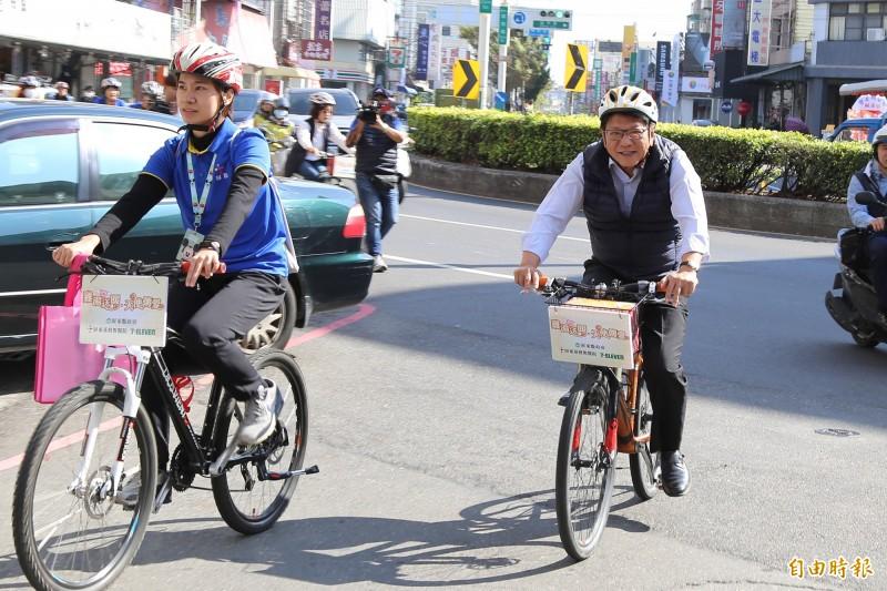 屏東縣長潘孟安騎單車送雞湯。(記者邱芷柔攝)