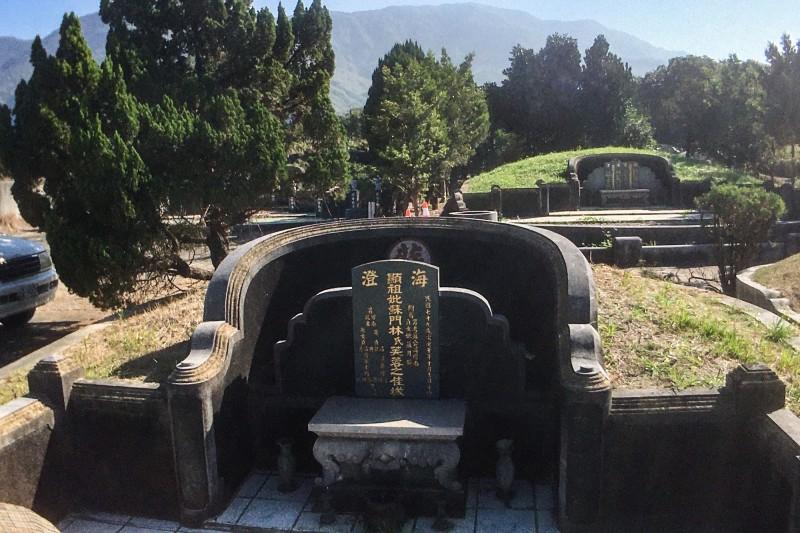 近日有民眾發現蘇家在屏東的祖墳遭到有心人士破壞。(記者邱芷柔翻攝)