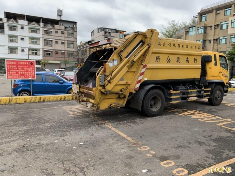 頭份、竹南鎮公所公布春節期間,垃圾車及各定點垃圾收集站清運時間。(記者鄭名翔攝)