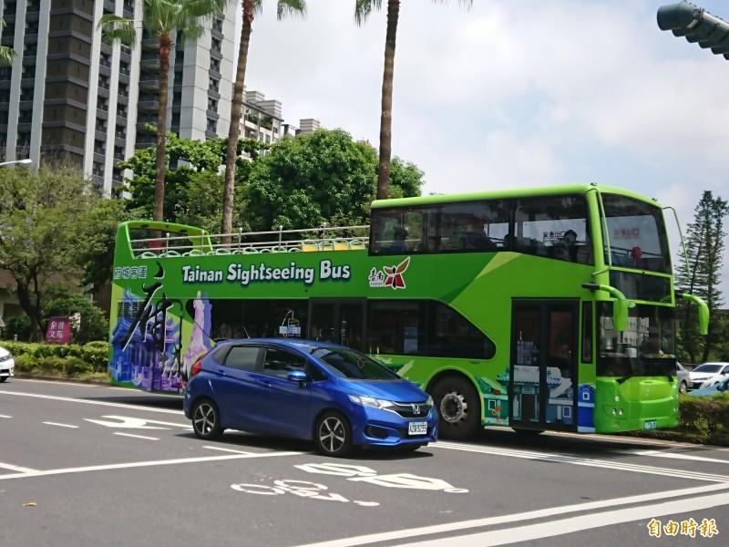 好康趁現在!台南雙層巴士春節推出新的票價優惠,「瘋府城」一票到底。(記者洪瑞琴攝)