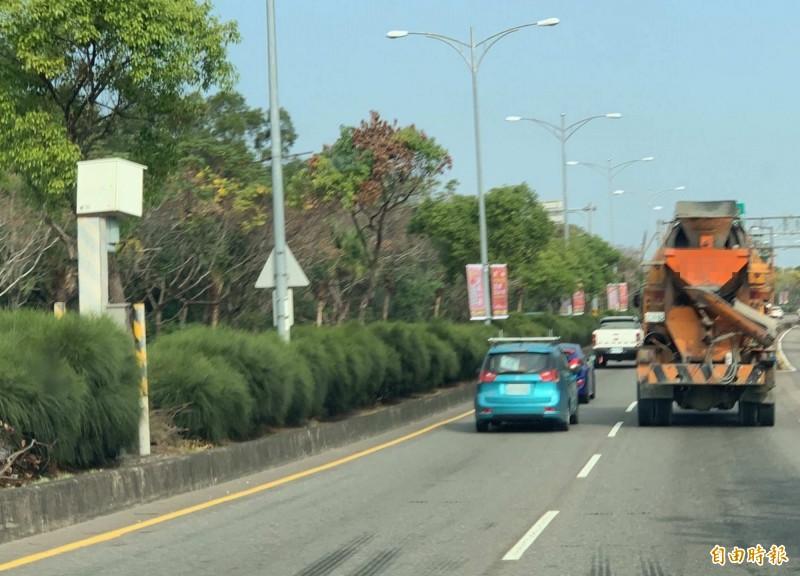 轉了又轉!彰化市東外環道2.2公里測速桿2度轉向,挨轟過年搶錢。(記者湯世名攝)